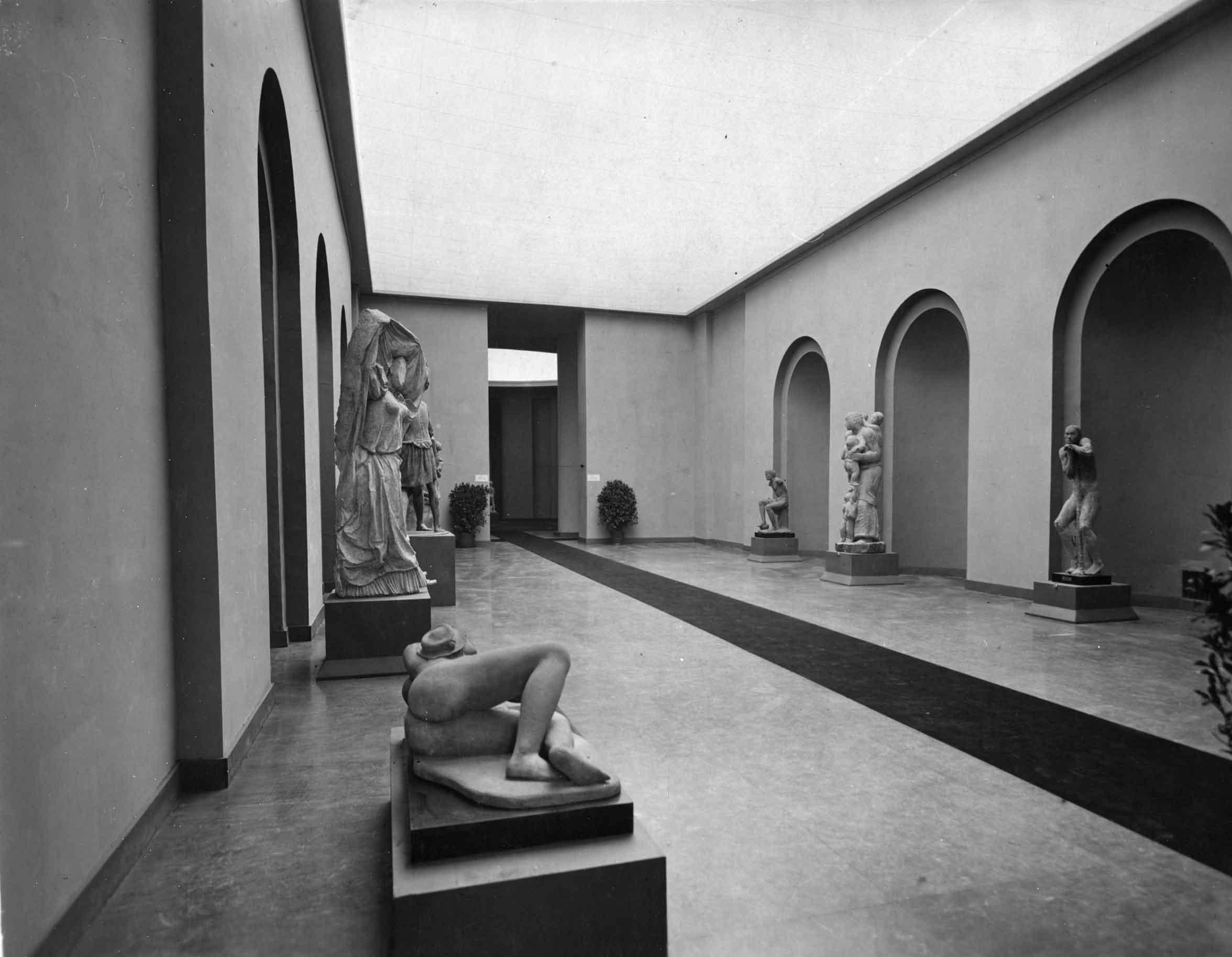 Allestimento della Prima Quadriennale d'Arte al Palazzo delle Esposizioni, Roma